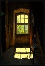 okno na bashne v staroy zerkvi / interyer i okno na bashne s zavodkoy chasov v staroy zerkvi
