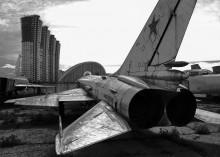 наблюдатель из прошлого / В ста метрах от плаца на Ходынском поле, где ко дню Победы готовятся парадные расчеты, доживают свой век более 50 самолетов и вертолетов. Эта полусгнившая разоренная техника - экспонаты Национального музея авиации и космонавтики, который столичные власти обещали построить пять лет назад. Сейчас на Ходынке собраны бесценные опытные образцы самолетов и вертолетов, то есть первые экземпляры, которые отличаются от серийных. Здесь представлена вся история вертолетостроения - от малютки Ми-1 и огромного Ми-6 до Ми-24, который стал вторым в мире специализированным боевым вертолетом. Рядом уникальная коллекция истребителей: МиГи, воевавшие еще в небе над Кореей, и Су-27, на котором ставили мировые рекорды.