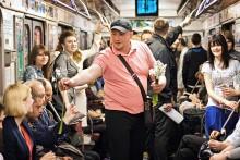 """О настоящем / Зашел в вагон, одарил всех девушек цветами и вышел на следующей станции со словами """"Остались ещё настоящие мужчины!"""""""