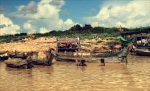 / камбоджа. рыбацкие лодки и дети вьетнамцы. рыбным промыслом занимаются в основном вьетнамцы, так как это считается самой нереспектабельной профессией. Рис выращивать почетней.