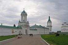 У древних стен. / У стен Спасо-Яковлевского мужского монастыря. Ростов великий.