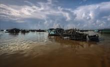 Вьетнамская деревня / Озеро Тонлесап. Деревня на озере Тонлесап. Жители не являются гражданами Камбоджа, но король их не выгоняет. Они снабжают страну рыбой.Рыбная ловля считается в этом государстве самое не благородное занятие, рис выращивать почетней.