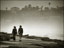 за стеной тумана / После дождя. За туманом, а вернее водяной пылью от штормящего моря, скрывается старый город Яффо. На переднем плане дорожка набережной Тель-Авива