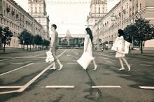 """из серии сонные люди / кадр навеян  известным лондонским фотографом  Иэном Макмилланом, снявшим обложку к альбому Битлз """"Abbey Road"""""""