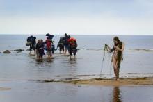 """Правильное направление / лето,Балтика,команда """"обкуренных"""" туристов,медленно уходящая в море!"""