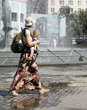 Своя ноша не тянет! / Жизнерадостная мама с дочкой-юлой, которой разрешалось бегать по лужам вдоль фонтана... Смотреть на эту парочку было сплошное удовольствие....