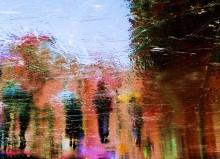 веселый дождь / отражение на мокрой гранитной плитке