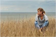 На небесах только и говорят, что о море, как оно бесконечно прекрасно… / Стоишь на берегу и чувствуешь солёный запах ветра, что веет с моря.  И веришь, что свободен ты, и жизнь лишь началась .  И губы жжёт подруги поцелуй, пропитанный слезой.   На небесах только и говорят, что о море, как оно бесконечно прекрасно…  О закате, который они видели…  О том, как солнце, погружаясь в волны стало алым, как кровь…  И почувствовали, что море впитало энергию светила в себя, и солнце было укрощено, и огонь уже догорал в глубине. А ты, что ты им скажешь? Ведь ты ни разу не был на море…  На небе только и разговоров, что о море и о закате. Там говорят, что чертовски здорово наблюдать за огромным огненным шаром, как он тает в волнах, и еле видимый свет, словно от свечи, горит где-то в глубине.