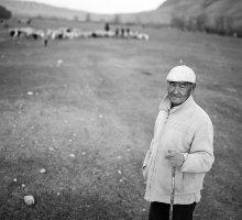 портрет / Казахстан, село в 300 км от Алматы, не все говорят по русски, дети знают на русском только приветствие. Этот пастух говорит на литературном русском языке. Я обещал ему, что привезу фотографию в следующем году.