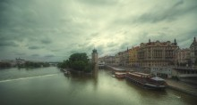 Настроение Праги. Меланхолия. / По реке Влтава, в направлении Карлова Моста.