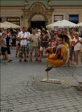 Уличный маг. / Вот такое чудо я увидела в Кракове. Со всех сторон обошла, да принцип не поняла висения в воздухе. Что вам приходит на ум?