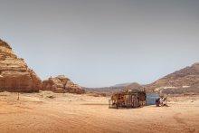 """Блага цивилизации. Семейное фото. / В голой пустыне у весьма не бедного бедуина, имеющего свои """"кафе"""", в которых кормят туристов и парк строительной техники, живут три семьи. Жены располагаются друг от друга в радиусе, примерно, километра. И дети и жена обитают вот в таких лачугах. Дети за проволочной оградой. Ещё в этой хибаре с ними обитает ишак. Вот такая цивилизация в 2011."""