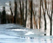 мечты о весне / отражение в замерзающей реке