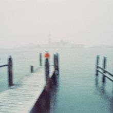 февраль / Венеция, снег, человек.