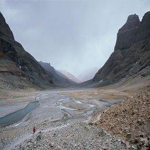 дорога / Тибет, начало коры вокруг Кайласа (основное место паломничества в Тибете), маленький паломник вышел на тропу длиной 52км на высоте 4600-5400м.