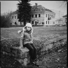 [m.a] / Маша, местная жительница. Показала чудесный лаз в заброшенное здание (у неё за спиной).