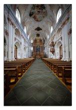 Церковь иезуитов в Люцерне / ***Люцернская церковь ордена иезуитов была первой церковью в Швейцарии, выстроенной в новом для XVII века роскошном стиле барокко. Это настоящая классика Возрождения - храм выглядит богато не только снаружи, но и изнутри. При этом наибольший блеск внутреннему убранству придает свет, проникающий в искусно сделанные окна. Окна как будто рассылают свет по всему пространству храма сверху вниз, и кажется, что на прихожан опускается высшая благодать.  Внутренний декор церкви был выполнен в основном в конце XVII века. Это великолепная лепнина, с помощью которой был создан замысловатый орнамент, алтарь, украшенный красным мрамором. В церкви оборудована капелла Святого Клауса, где находится статуя самого Святого в полный рост, также здесь хранится его облачение. Иезуитская церковь действует и сейчас, и её может посетить любой желающий, а в силу великолепной акустики во время больших праздников её используют в качестве концертного зала.