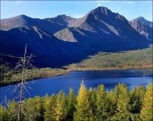 Озеро Джека Лондона 2. / Находится в Магаданской области, расположено в верховьях реки Колымы, лежит среди гор, на высоте 803 метра, длина озера в северо-западном направлении - 10 километров, глубина до 50 метров. Протокой Вариантов оно соединено с озером Танцующих Хариусов, из которого вытекает река Кюель-Сиен.