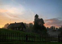 Вечера на хуторе... / Солнце вечером спустилось За деревню закатилось. Розовеют облака. Провожают луч. Пока. Вот, волшебница пришла. Разогнала облака. Небо стало все тускнеть. Лучи солнца не гореть. Купол неба потемнел. Вечер, будто онемел. Лишь собаки не ложатся. Меж собой они бранятся. Ночь-волшебница пришла. Закрывает все дома. Птицы в гнездах уже спят На деревьях, не шалят. Лишь соловушка-дружок Все играет в свой рожок. Трели на ветвях висят. Удивить нас всех хотят. Ночь в права свои вступает. Неба купол обнимает. Потемнело все вокруг. Вся деревня смолкла вдруг.  Георгий5.03.06.11г.