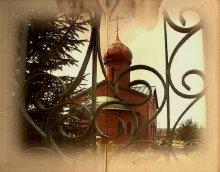 За воротами... / Церковь построена в честь строителей канала им.Москвы.Подмосковье.