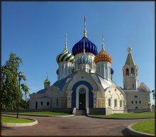 Новенький. Вид с другой стороны / Соборный храм святого благоверного великого князя Игоря Черниговского и Киевского в Переделкино.  Изюминкой Храма являются купола - они фарфоровые !  Набраны из 18 000 изразцов.