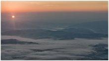 Рассвет в Карпатах / Вид с горы Великий Верх на рассвете, у подножья туман.