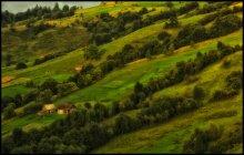 Домик на склоне / Склоны недалеко от местечка Ясино (Карпаты). На закате дня.