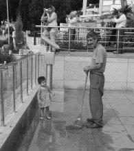 - Дядя, и вот здесь еще подотри! / Вот нашла в закромах. Фото 2010г., Стамбул.