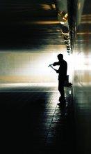 искусство за гроши / переход, скрипач, тусклый свет