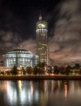 Московский дом музыки / Строительство Дома музыки началось 7 сентября 2000 года, открытие состоялось 26 декабря 2002 года. Дом музыки представляет собой десятиэтажное здание с трехэтажным стилобатом и двухэтажным подвалом, уходящим на 6 метров под землю. Высота здания составляет более 46 метров. Общая площадь комплекса — около 42 тысяч квадратных метров.