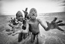 Изображение зомби на берегу озера Танганьика / Когда меня спрашивают, что больше всего понравилось в Танзании, я всегда говорю, что это не Килиманджаро, не Серенгети и Занзибар. Нет... Первое, что приходит в голову - это три огромных озера - Танганьика, Ньяса и Виктория. Не только потому, что здесь можно накупаться от души в чистейшей теплой воде (кроме озера Виктория, в котором завелась шистосома), а потому что здесь живут необыкновенные люди, не испорченые цивилизацией, веселые, простые, не выпрашивающие денег. Еще озеро Виктория запомнилось простором и величиной (с берега на берег - ночь на теплоходе) и восходами солнца на высоком утесе, озеро Ньяса (Малави) - чистыми песчаными пляжами и полной дикостью, отсутствием туристов и пугливыми маленьким крокодилами во впадающей в озеро речушке. Озеро Танганьика - деревнями конголезских беженцев, таким же отсутствием туристов и такой же чистой водой, но уже с каменистыми пляжами. А еще охранниками с калашниковым в общественном транспорте (в других частях Танзании такого не было). Все три озера огромны. Виктория - как море. У Танганьики и Ньясы в дымке в хорошую погоду еле виден противоположный берег, но они вытянуты на 800 и 500 километров соответственно. В Африке чувствуется величие природы, как нигде на Земле. И поэтому сюда хочется возвращаться..