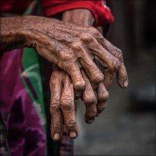 Руки старой женщины / В 1985 году на небольшом индонезийском острове Sangeang ( остров 13 км в ширину) начал извергаться вулкан. В течение месяца 1250 жителей было эвакуировано на остров Sumbawa. Извержение продолжалось до 1988 года. На острове сейчас маленькая деревушка тех, кто все таки решил вернуться на землю предков