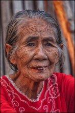 Портрет старой женщины / В 1985 году на небольшом индонезийском острове Sangeang ( остров 13 км в ширину) начал извергаться вулкан. В течение месяца 1250 жителей было эвакуировано на остров Sumbawa. Извержение продолжалось до 1988 года. На острове сейчас маленькая деревушка тех, кто все таки решил вернуться на землю предков