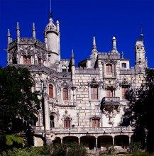 Сказочный замок / в Синтре множество экзотических парков, вековых лесов, замков, дворцов, монастырей поражает воображение. Синтра — это красивейший город со сказочными декорациями и романтичными пейзажами, которые не оставляют равнодушными.