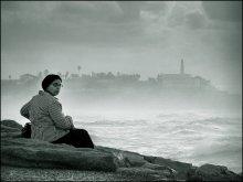 на крутом берегу / Набережная Тель-Авива и отдыхающая на камне религиозная дамочка, для которой фотосъёмка стала неожиданностью. :)))