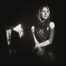 Портрет Ани со старым стулом и апрельским солнцем / ........