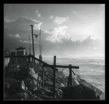 безветрие (2) / Тель-Авив // Был удивительно тихий вечер, несмотря на бурный морской прибой и частые дожди. Так, что даже водяная пыль от бьющихся друг о друга волн, стояла столбом над поверхностью воды...