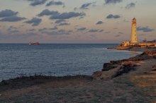 Тарханкут. Ноябрь. 7 часов 11 минут... / Крым. Мыс Тарханкут. Вид на маяк и затонувшее судно...Рассветные минуты...