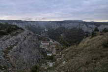 Старый Бахчисарай. Раннее утро... / Старая часть Бахчисарая, рядом Свято-Успенский мужской монастырь, за ним дальше по ущелью пещерный город Чуфут-Кале... Утро выдалось хмурым и немного туманным...