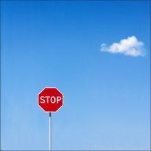 #7107. Stop & go / Странно, что не стены ни мусорки нет.