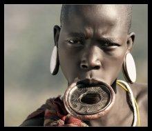 Мурси / Мурси- племя на Юге Эфиопии, проживает в районе реки Омо. Люди этого племени сохранили старинные обычаи и до сих пор поклоняются огню. Славятся своей агрессивностью и не непримиримостью к чужакам. vrogotneva.com