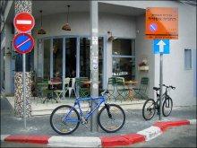 """велостоянка у кафе / Тель-Авив // Надпись на оранжевой табличке """"Стоянка запрещена""""."""
