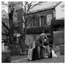 """Монмартр как Монмартр. / Монмартрский художник переводит дух после """"крутого подёма""""на фоне легендарного кабаре Lapin agile-Проворный кролик.Такое впечатление,что за сто с лишним лет,кроме количества туристов,для кого-то не произошло больших изменений..."""