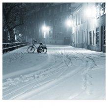 А под вечер замело... / Брюгге.Такой снегопад там-большая редкость,70% передвигается на великах,и наутро можно было видеть,как трудолюбиво вихляются по этому,уже подтаивающему месиву,спешащие по своим надобностям жители.
