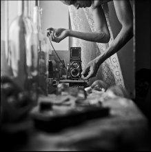 """Саша (автопортрет с Бартом) / """"В плане воображения Фотография, представляет то довольно быстротечное мгновение, когда я, по правде говоря, не являюсь ни субъектом, ни объектом, точнее, я являюсь субъектом, который чувствует себя превращающимся в объект: в такие моменты я переживаю микроопыт смерти, становлюсь настоящим призраком."""" (Ролан Барт)"""