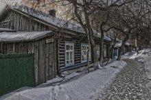 Весна на Таврической улице / Тюмень, первый русский город в Сибири, сохранила много построек, возраст которых относится почти к ее основанию. Большинство частных домов - это вросшие в землю из почерневшего от возраста дерева.