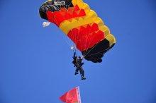 на подлёте / прыжок с парашютом