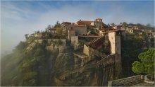 / Мегала Метеора, Великий Мете́ор, или Преображенский монастырь — самый большой и древний православный монастырь среди метеорских, основанный в начале XIV века монахом Афанасием на одной из скал Фессалии недалеко городка Кастраки в номе Трикала, Греция. В 1988 году Преображенский монастырь в числе других метеорских монастырей был включён в список объектов всемирного наследия.  К вершине скалы ведут 154 ступеньки. Первые постройки, которые встречаются на пути — это замок с балконом и бывший монастырский состав. Недавно в помещении склада открыли фольклорный музей, где собраны древние орудия и посуда обителей. Немного выше фольклорного музея находится Собор. Также поблизости находится алтарь и больница, расположенная напротив него. По правую сторону от Собора находятся две часовни.  Мегало Метеора представляет собой комплекс зданий поствизантийского периода, поныне оставшиеся неповрежденными, создавая полноценную картину быта древнего монастыря.