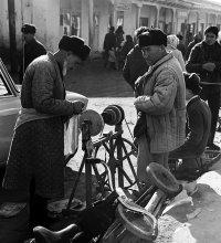 Уличный точильщик / Бухара, 1976 год. Пленка 6*6 см.