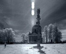 фигуры и тени / Римско-католический костёл Воздвижения и св. Иосифа был построен по заказу Вацлава Жевуского в 1752—1766 годах как усыпальница.